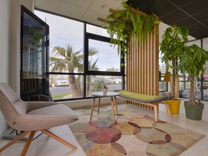 Un espace accueil coloré pour l'accueil du siège social du Groupe Sapiens par Global Concept
