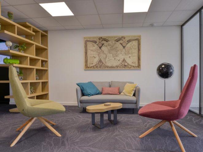 Un espace détente coloré dans le siège social du Groupe Sapiens, aménagé par Global Concept