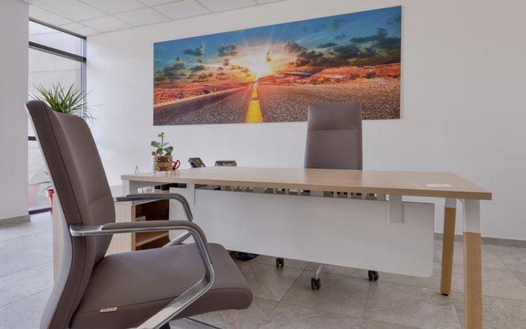 Le bureau avec piètement, solution esthétique et fonctionnel pour vos bureaux professionnels, à retrouver chez Global Concept